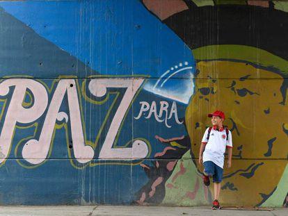"""Graffiti com a inscrição """"Paz para o povo""""em Cali, Colombia."""