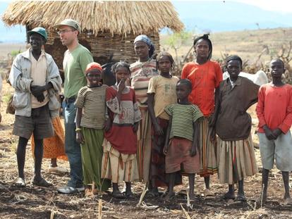 Jamil Chade (à esq. de óculos e boné) durante visita à Etiópia.