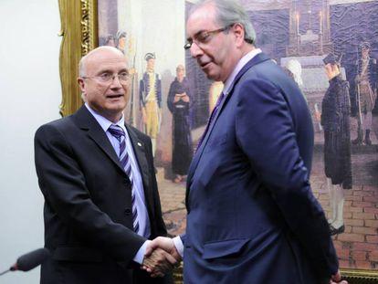 Eduardo Cunha cumprimenta o presidente da CCJ, Osmar Serraglio, antes do início da reunião da comissão.