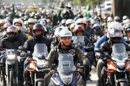Jair Bolsonaro durante passeio de moto com apoiadores em São Paulo neste sábado (12).