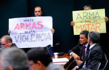 Protesto contra projeto que relaxa estatuto do desarmamento.