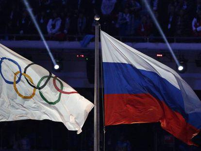 Bandeiras olímpica e da Rússia nos Jogos de Sochi 2014. AP