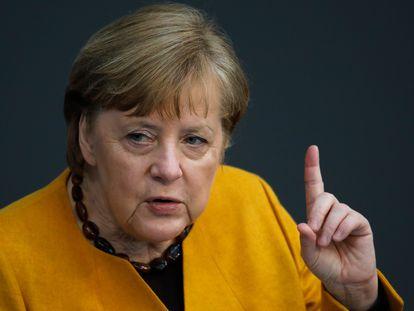 A chanceler alemã, Angela Merkel, se dirige ao Bundestag nesta quarta-feira em Berlim.