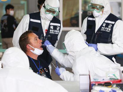Equipe médica da cidade de Incheon, na Coreia do Sul, aplica teste para coronavírus em um posto de diagnóstico rápido.