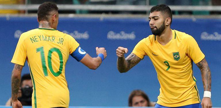 Neymar e Gabigol comemoram.