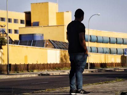 O jovem ganense Christian, que passou 49 dias preso, diante do CIE de Aluche, na segunda-feira desta semana