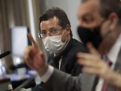 O ex-secretário de Comunicação do Planalto Fabio Wajngarten, observa o presidente da CPI da Pandemia, Omar Aziz.