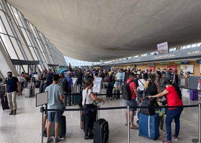 Dezenas de passageiros no Aeroporto Internacional Dulles, em Washington, na Virgínia.