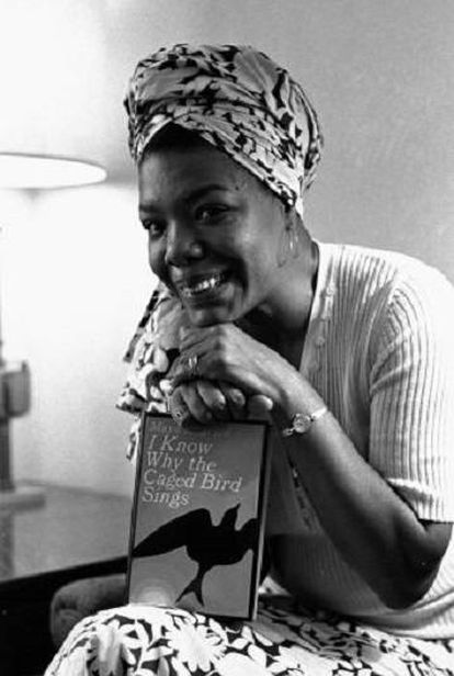 Maya Angelou posa com sua obra