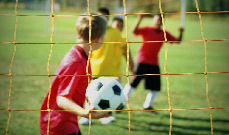 Crianças correm riscos durante processo de iniciação no esporte.