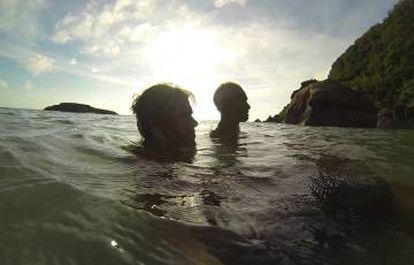 Álvaro Cerezo nadando com Masafumi Nagasaki.
