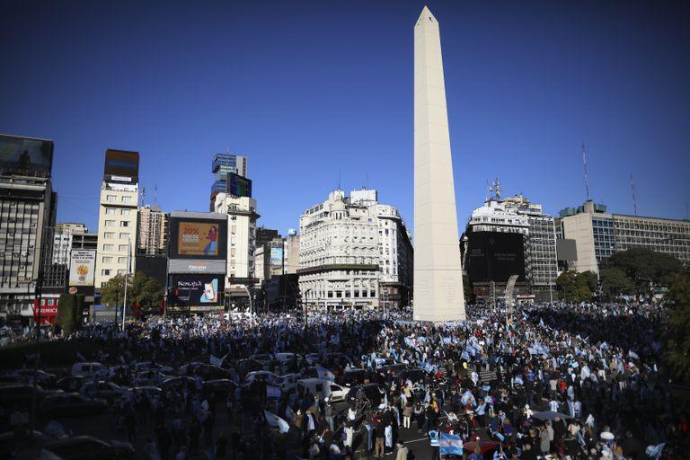Manifestação contra o Governo de Alberto Fernández junto ao obelisco de Buenos Aires, nesta segunda-feira. Em vídeo, milhares de argentinos saem às ruas contra a reforma judicial do Governo.