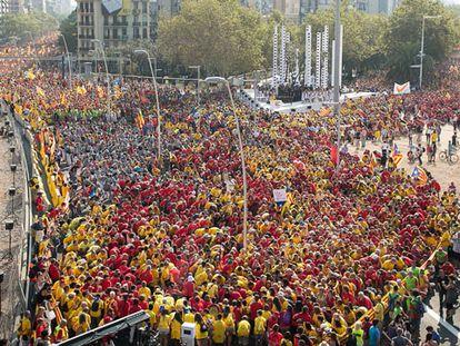 Uma multidão exige o plebiscito sobre a independência em Barcelona