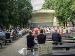 Espectadores aguardan el inicio de un espectáculo de baile en Riga, a finales de agosto.