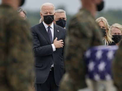 O presidente dos EUA, Joe Biden, acompanha a chegada de caixões de militares norte-americanos mortos nos atentados de Cabul. Cerimônia ocorreu neste domingo na base aérea de Dover, em Delaware.