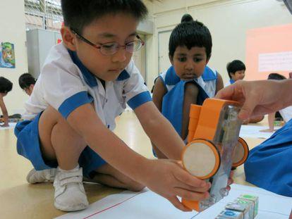 Um aluno brinca com o Kibo, um brinquedo robotizado: programação para crianças é tema de doodle.