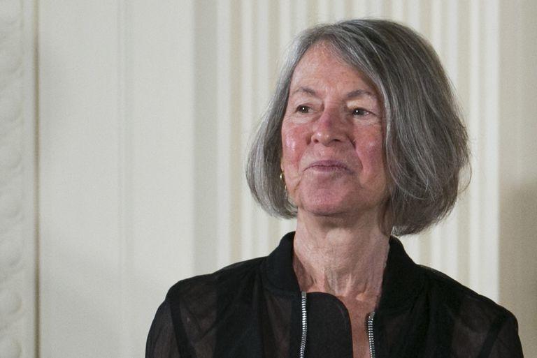 A poetisa Louise Glückna Casa Branca, em 2015, quando foi condecorada pelo Governo dos EUA.