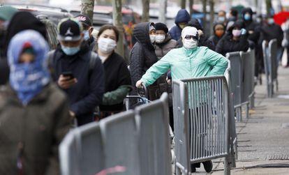 Cidadãos fazem fila para receber comida grátis no Brooklyn, Nova York.