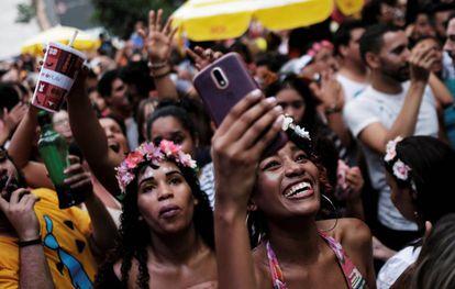 Foliões no bloco do Acadêmicos do Baixo Augusta, em São Paulo, no domingo.