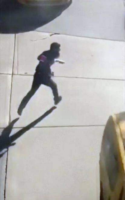 Uma imagem do terrorista portando duas armas falsas e correndo pela rua depois de cometer o atentado e antes de ser preso.