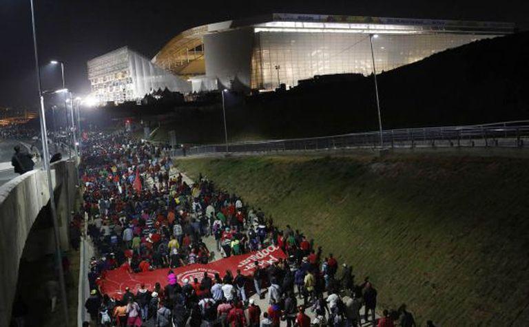 Membros do MTST durante protesto em 4 de junho próximo à Arena Corinthians.