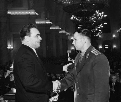 O então líder soviético Leonid Brejnev, condecora Yuri Gagarin em 14 de abril de 1961, apenas dois dias depois de o cosmonauta ter realizado seu voo espacial. KEYSTONE-FRANCE / GETTY IMAGES