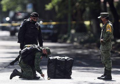 Agentes do Exército inspecionam local do ataque.