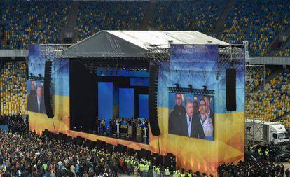 Milhares de ucranios observam o debate entre Poroshenko e Zelenskiy, nesta sexta-feira no Estádio Olímpico de Kiev.