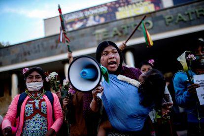 Manifestantes protestam em frente às instalações do Exército em Bogotá pelo estupro de uma menina indígena por militares.