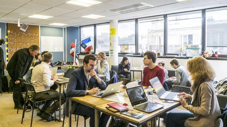 Voluntários nos escritórios de campanha de Macron em Paris.