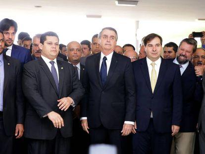 O presidente do Senado, Davi Alcolumbre (à esq.), o presidente Jair Bolsonaro e Rodrigo Maia na chapelaria do Congresso.