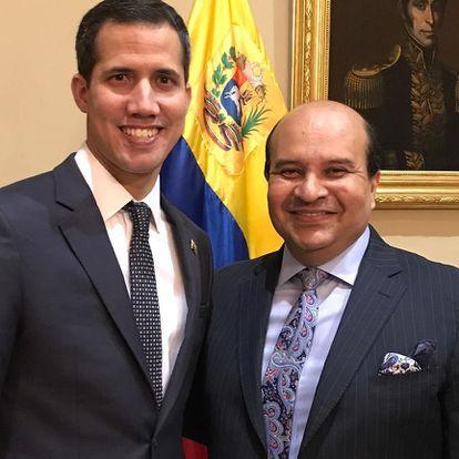 O jornalista Roland Carreño (à direita) ao lado o líder venezuelano Juan Guaidó.