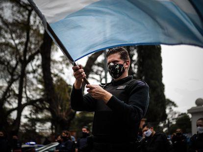 Policiais protestam diante da Quinta Presidencial de Olivos, em Buenos Aires, durante a greve por aumento de salários