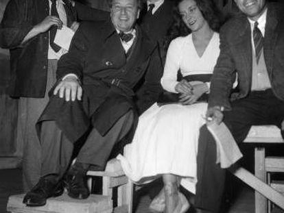 Camus (à direita) com Casares em um teatro de Paris em 1948.