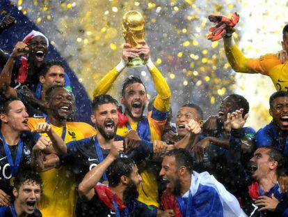O capitão e goleiro Lloris ergue a taça de campeão do mundo.