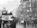 Un coche reparte publicidad del Partido Popular Alemán en Berlín en 1924, durante la República de Weimar.