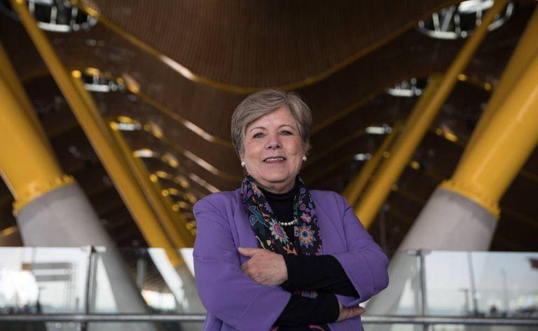 Alicia Bárcena, chefe da CEPAL, no aeroporto de Barajas, em Madri.