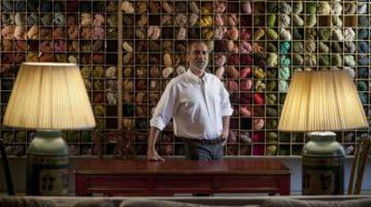 Rodrigo Azambuja é um brasileiro que desenha tapetes no Chiado.