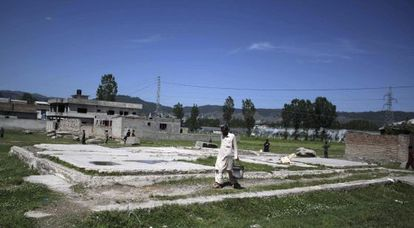 Um homem passa perto das ruínas da casa em que vivia o líder da Al Qaeda em Abbottabad (Paquistão).