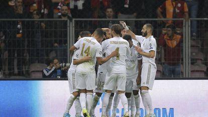 Jogadores do Real Madrid comemoram o gol de Kroos.