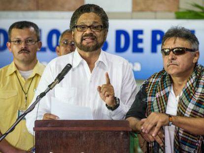 Iván Márquez, chefe da delegação das FARC em Habana, no centro.