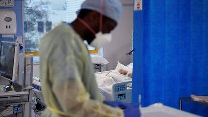 Profissional de saúde trabalha na UTI no hospital universitário de Milton Keynes, na Inglaterra, em 20 de janeiro.