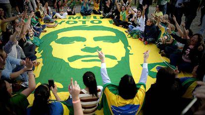 Apoiadores de Jair Bolsonaro (PSL) reunidos no hospital Albert Einstein, em São Paulo, onde o candidato está internado.