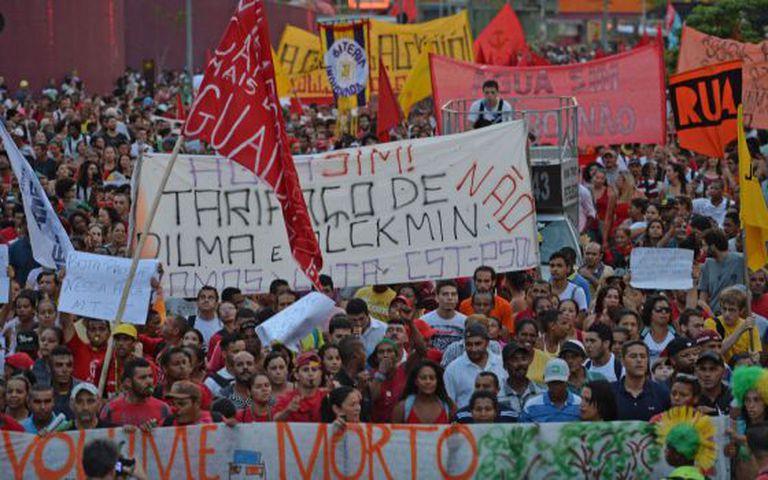 Militantes do MTST protestam em São Paulo.