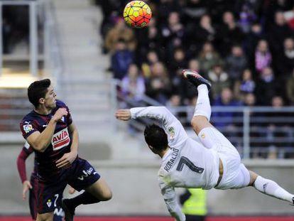 Cristiano Ronaldo tenta uma voleio diante de Capa.
