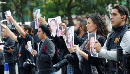 Um grupo de jornalistas protesta no México contra o assassinato de Javier Valdez.