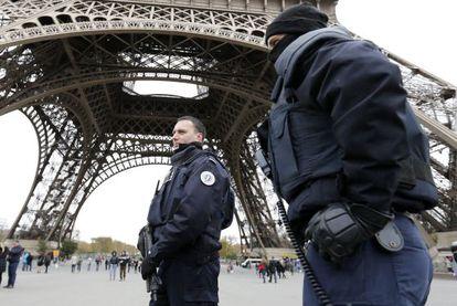 Policiais e Exército ocupam ruas de Paris e pontos turísticos após atentado.