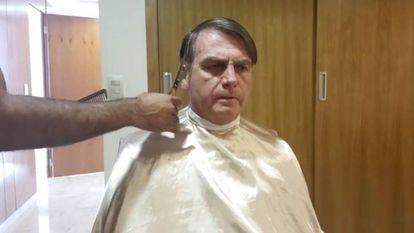 Bolsonaro, que fez uma transmissão ao vivo no Facebook enquanto cortava o cabelo.