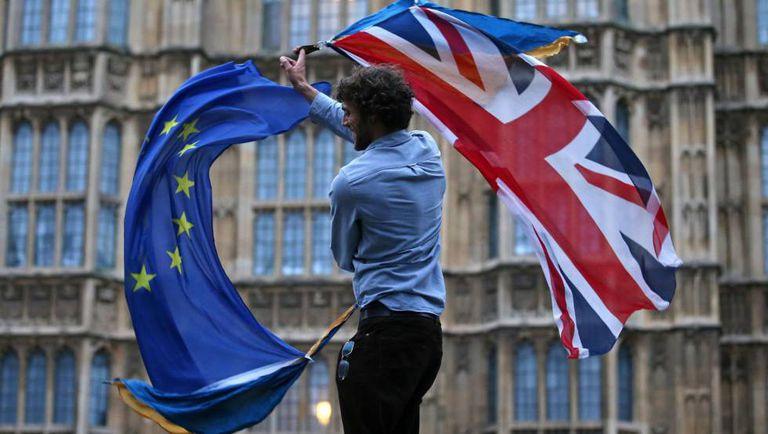 Um homem com bandeiras britânicas e da UE em Londres.