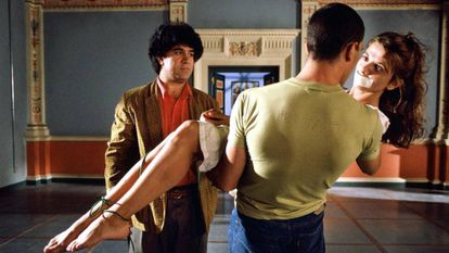 Pedro Almodóvar dirige Victoria Abril e Antonio Banderas (de costas) em 'Áta-me!', que estreou nos EUA em 1990.